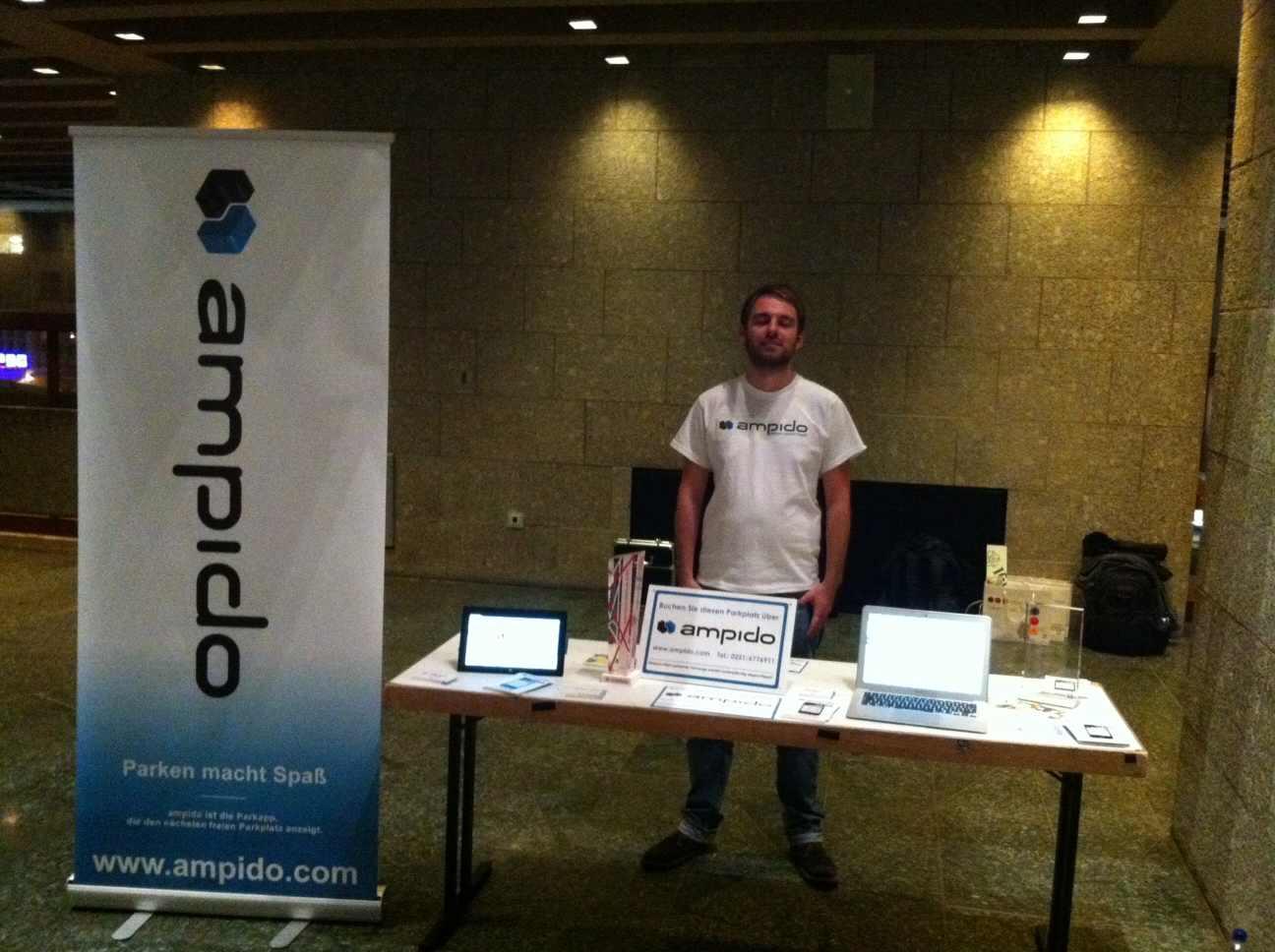 Vorbereitungen: Bastian Odenthal von ampido am Stand bei der SmartCity Cologne